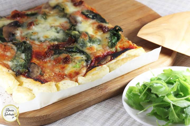 Pizza szpinakowa na cieście francuskim, 1