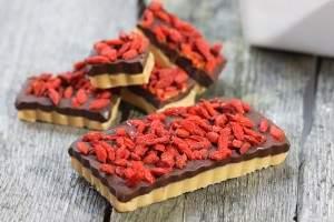 Cegiełki czekoladowe z masłem orzechowym i goi