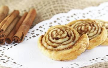 Ślimaczki cynamonowe z ciasta francuskiego