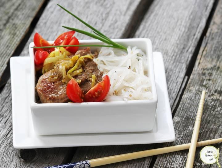 Tajska polędwiczka z porem i makaronem ryżowym, 1
