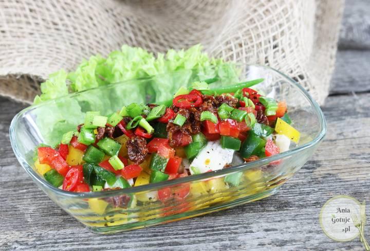 Sałatka śledziowa z papryką i suszonym pomidorem, 1