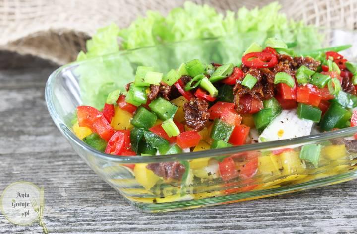 Sałatka śledziowa z papryką i suszonym pomidorem, 2