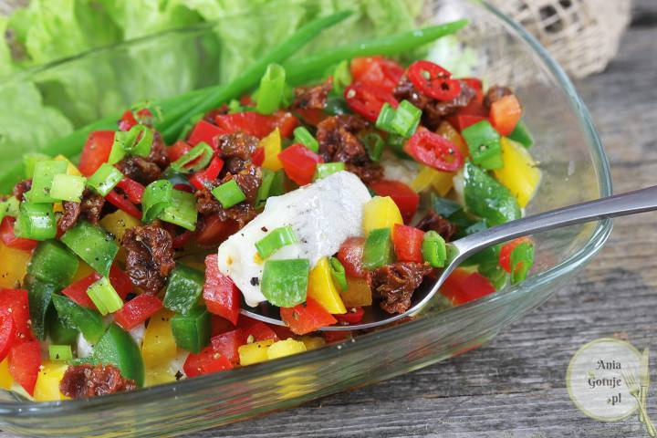 Sałatka śledziowa z papryką i suszonym pomidorem, 3