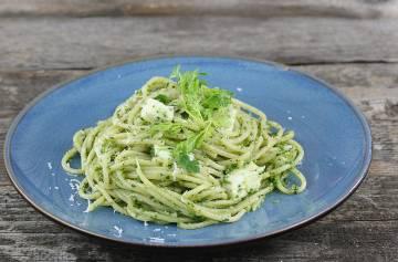 Makaron z zielonym pesto i mozzarellą
