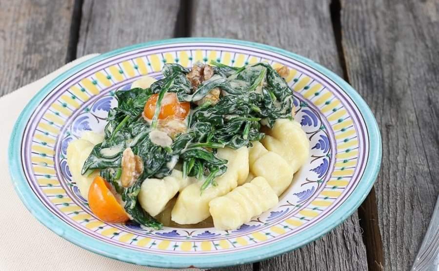Gnocchi ze szpinakiem i pomidorami w sosie serowym