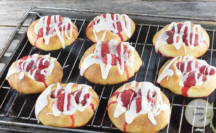 Drożdżówki z truskawkami i lukrem z białej czekolady, 1
