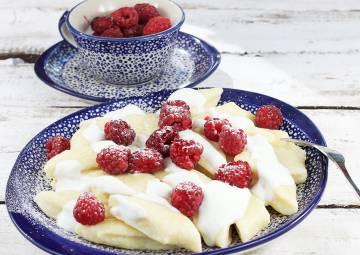 Kluski leniwe z jogurtem i malinami
