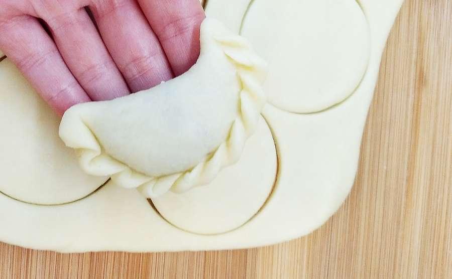 Jak zrobić ciasto na pierogi z masłem i jajkiem