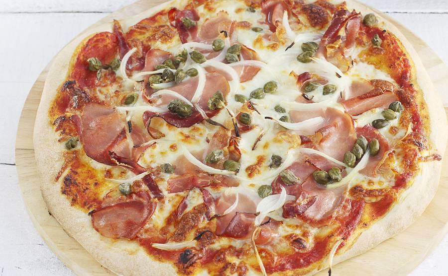 Pizza z szynką parmeńską i kaparami