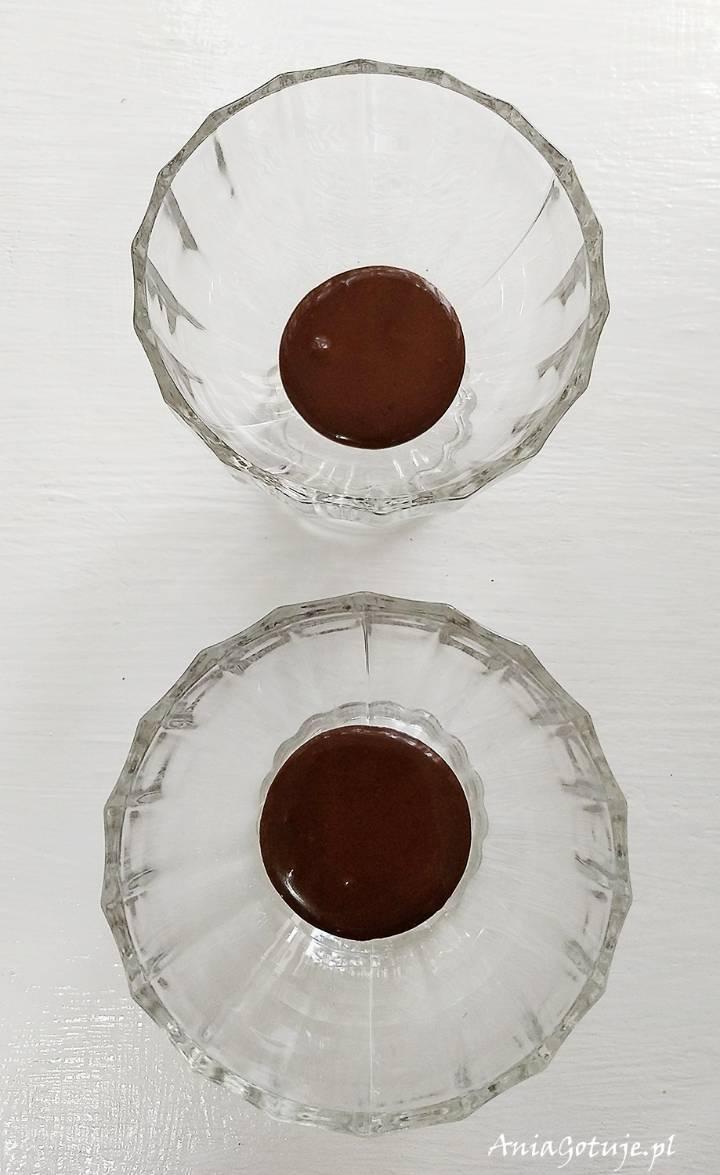 Prosty deser czekoladowy w pucharku z malinami, 4