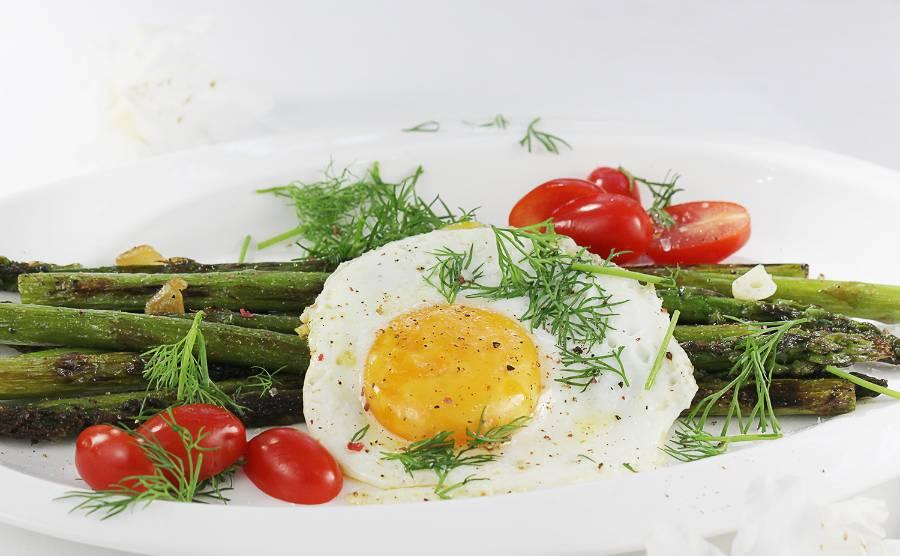 Smażone szparagi z jajkiem sadzonym