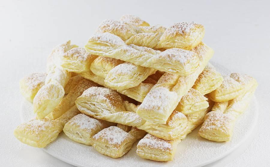 Faworki z ciasta francuskiego